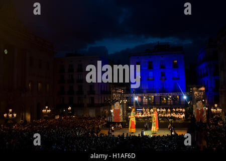 Barcelone, Catalogne, Espagne. 22 Sep, 2016. Géants traditionnelle catalane (ou gegants) Danse de la foule à la place de Barcelone au cours de Toc de départ qui marque le début de la Merce 2016 Festival. © Jordi Boixareu/ZUMA/Alamy Fil Live News