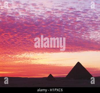 Pyramides au coucher du soleil, Gizeh, Le Caire, Égypte. Banque D'Images