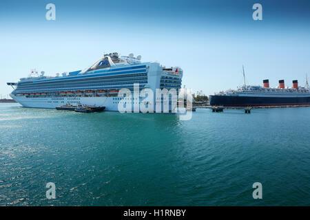 Grand Princess Cruise Liner Avec Le Rms Queen Mary, Amarré À Long Beach, Californie. ÉTATS-UNIS. Banque D'Images