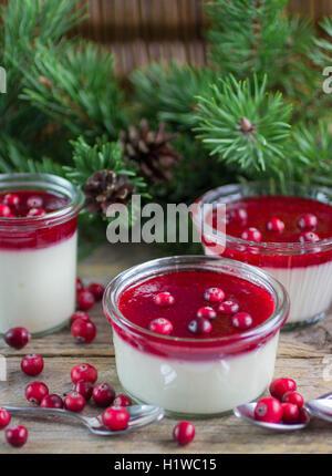 Panacotta vanille avec sauce aux baies. Dessert de Noël. Profondeur de champ Banque D'Images
