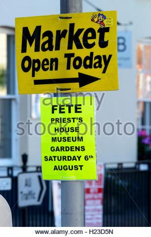 Signe pour marché local le lampadaire, Wimborne, Dorset, England, UK Banque D'Images