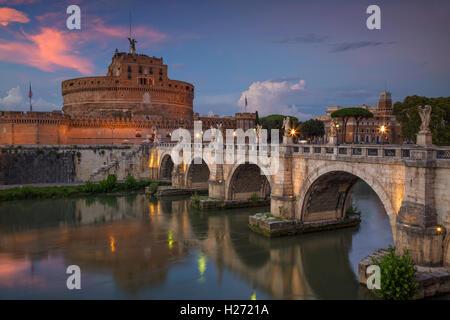Rome. Image du Château de Saint Ange Saint Ange et pont sur le Tibre à Rome au coucher du soleil. Banque D'Images