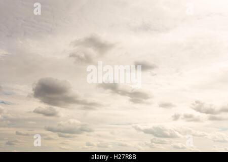 Ciel gris et les nuages en contre-jour, jour Banque D'Images