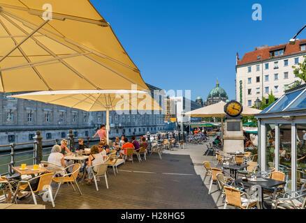 Café sur les rives de la rivière Spree, Spreeufer, Nikolaiviertel, Berlin, Allemagne Banque D'Images