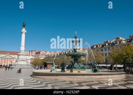 Fontaine, fontaine en bronze monument avec Dom Pedro IV., Théâtre National sur la place Rossio, Lisbonne, Portugal Banque D'Images