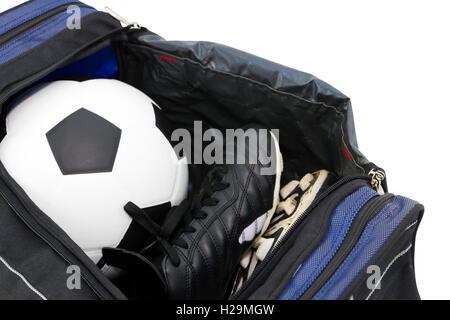 85e2dca2ba ... Chaussures de football et de soccer dans un sac de sport ouvert sur fond  blanc Banque
