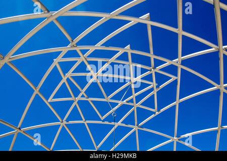 Abstract low angle view of sculpture géométrique blanc avec un ciel bleu à des sculptures de la mer à l'ouest de Banque D'Images