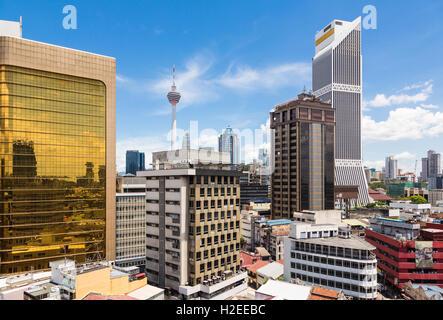 Kuala Lumpur cityscape autour du quartier financier de la Malaisie capitale avec la KL Tower en arrière-plan. La Banque D'Images