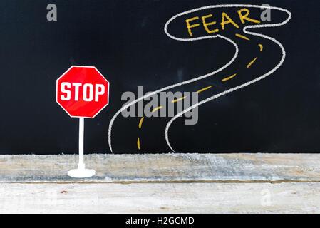 Mini panneau d'arrêt sur la route de la peur, dessin à la main sur tableau Banque D'Images
