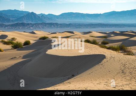 Mesquite Flat dunes de sable, de montagnes Amargosa foothills, Death Valley National Park, California, USA