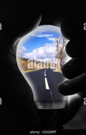 Résumé image créée à partir d'un paysage et de l'image studio une ampoule fusionnés à l'aide photoshop Banque D'Images