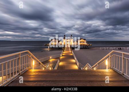 Allumé L'historique Pier à Ostseebad Sellin, Ruegen, Allemagne, de nuit, d'une exposition longue Banque D'Images