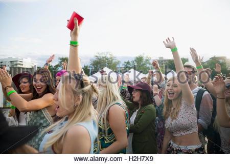 Jeune foule acclamer et danser à summer music festival Banque D'Images