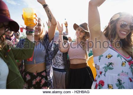Jeune foule dancing summer music festival Banque D'Images
