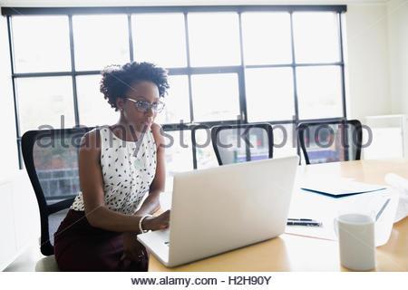Architecte féminin travaillant au coffre dans la salle de conférence Banque D'Images