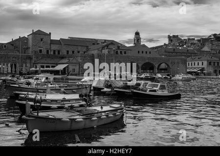 Vieux Port, Dubrovnik, Croatie, version noir et blanc. Banque D'Images