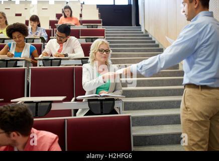 Essais examen professeur donnerait aux élèves de l'exposé Banque D'Images