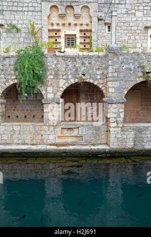 Arches sur le côté nord de l'étang du château de Tvrdalj mural, Stari Grad, île de Hvar, Croatie, Dalmatie, côte Banque D'Images