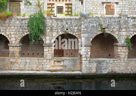 Arches sur le côté nord de l'étang à mur, Château de Tvrdalj, Stari Grad, île de Hvar, Croatie, Dalmatie, côte dalmate, Banque D'Images