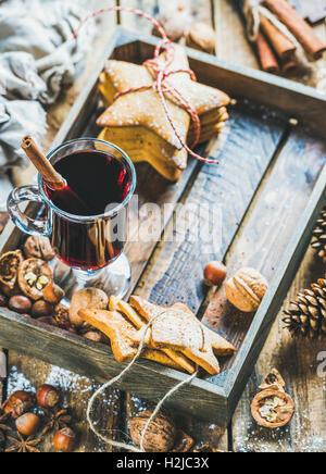 Verre de vin chaud, biscuits au gingembre et épices, copy space Banque D'Images