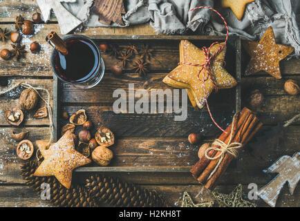 Verre de vin chaud en plateau en bois avec décoration de Noël des jouets, des biscuits au gingembre, les noix, la Banque D'Images