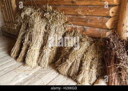 Les gerbes de foin dans la vieille grange en bois intérieur, objets russe rural Banque D'Images