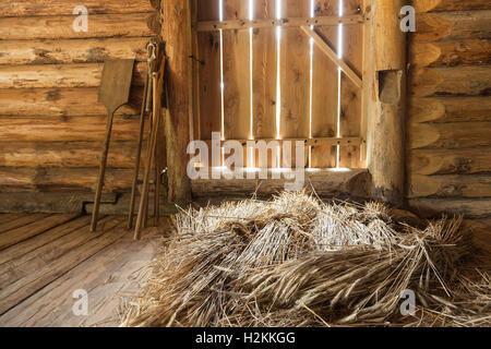 Les gerbes de foin dans un intérieur en bois, vieux objets russe rural Banque D'Images
