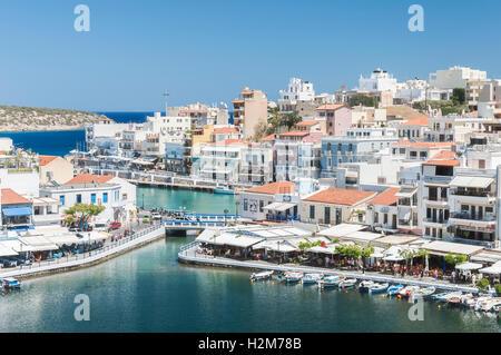 Station balnéaire d'Agios Nikolaos, située sur le côté nord-est de la Crète, Grèce. Banque D'Images