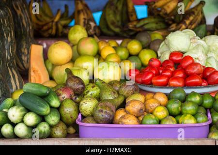 Fruits et légumes colorés à vendre à un marqueur, directement de la ferme.