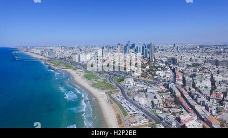 Tel Aviv skyline - Déménagement dans de la mer Méditerranée, l'image aérienne Banque D'Images