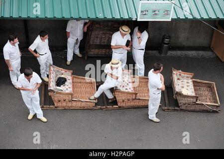Traîneau en osier traditionnel de Madère riders attendent les clients à Monte, Madeira, Portugal. Banque D'Images
