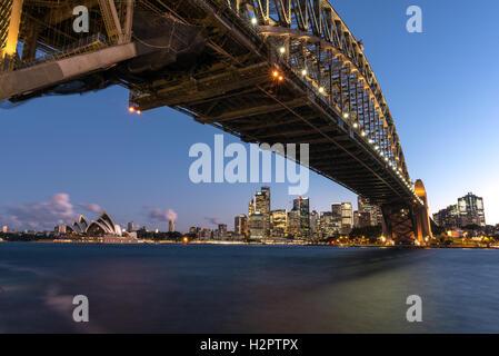 Opéra de Sydney et le Sydney Central Business District encadrée par le Sydney Harbour Bridge