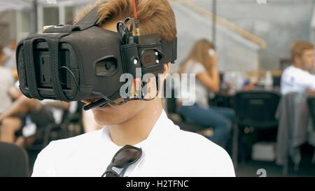 L'homme regardant vol de drone FPV en utilisant des lunettes VR Banque D'Images