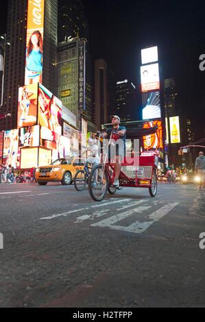 Rickshaw roulant sur Times Square à New York Banque D'Images