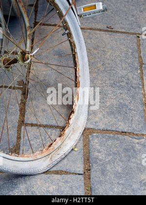 Pneu de vélo pourri et rouillé rim. Détail d'une exposition au Festival International des Jardins est une vieille jante de bicyclette