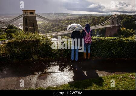 Les gens donnent sur le pont suspendu de Clifton près de Bristol dans Heavy Rain.