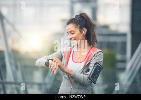 Coureuse à à son sport watch. Mesure de la fréquence cardiaque Banque D'Images