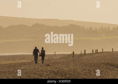Couple en train de marcher sur la côte Banque D'Images