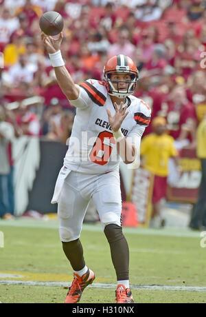Landover, Maryland, USA. 09Th Oct, 2016. Cleveland Browns quarterback Cody Kessler (6) lance une passe au deuxième Banque D'Images