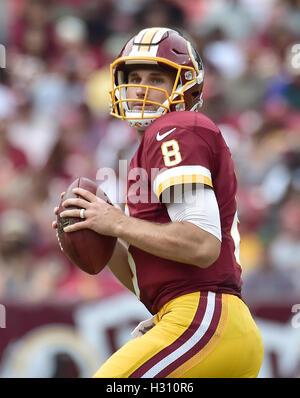 Landover, Maryland, USA. 09Th Oct, 2016. Redskins de Washington quarterback Kirk Cousins (8) ressemble à un récepteur Banque D'Images