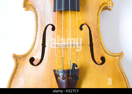 Close up d'un violon montrant le f-trous. Banque D'Images