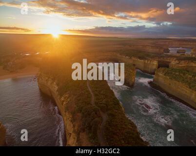 Vue aérienne de Loch Ard Gorge au lever du soleil. Great Ocean Road, Victoria, Australie Banque D'Images
