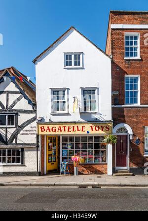Jouets de bagatelle, un magasin de jouets dans une ancienne maison de ville à Henley on Thames, Oxfordshire, UK lors d'une journée ensoleillée avec ciel bleu