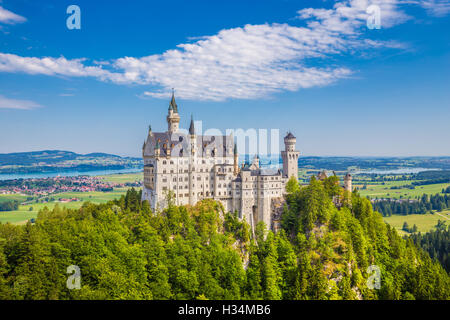 La vue classique du célèbre château de Neuschwanstein, l'un des châteaux les plus visités d'Europe, en été, Bavière, Banque D'Images