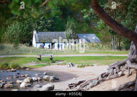 Visiteur du Loch Eilien centre visiteurs sur les rives du Loch sur le domaine de Rothiemurchus, Ecosse Banque D'Images
