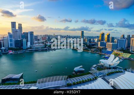 Les tours du quartier d'affaires central et Marina Bay, Singapour, au coucher du soleil