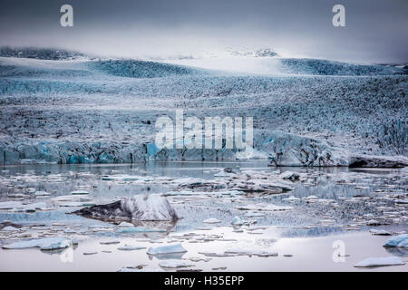 Les icebergs flottant dans la Lagune glaciaire du Jökulsárlón, glacier Breidamerkurjokull en dessous, Vatnajokull, Banque D'Images