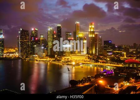 Les tours du quartier d'affaires central et à la tombée de la Marina Bay, Singapour