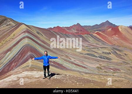 Le photographe posant devant le magnifique panorama de montagnes près de Arc-en-ciel de couleur Cusco Pérou. Belle Banque D'Images