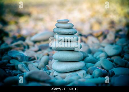 Zen Stone sur plage pour la méditation parfaite Banque D'Images